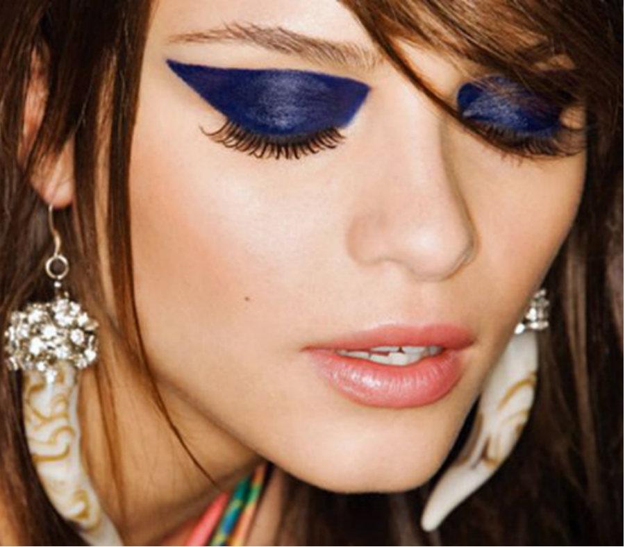 BEWARE GIRLS! Heavy Makeup May Be Soo Dangerous - Aaj Ki Khabar