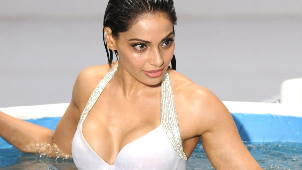 Bipasha Basu, Ajnabee, Raaz, No Entry, Bachna Ae Haseeno, Jism, Raaz, Alone, Footpath, No Entry, Corporate, Omkara, Dhoom 2, Goal, Race, Bollywood actress, Bollywood news, Entertainment news